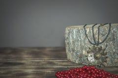 一个老古铜色大奖章,在一块木头编辫子的古董 库存照片