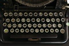 一个老和多灰尘的控制台打字机键盘的特写镜头 免版税图库摄影