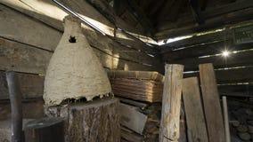 一个老土气木谷仓的内部有野生蜂蜂房的,篮子 库存照片