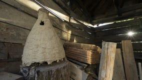 一个老土气木谷仓的内部有野生蜂蜂房的  免版税库存图片