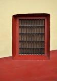 一个老墨西哥家的殖民地样式窗口的前面 免版税库存照片
