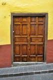 一个老墨西哥家的殖民地样式门的前面 免版税库存图片