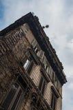 一个老大厦的低角度射击 免版税库存照片