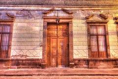 一个老大厦的入口在圣路易斯波托西州,墨西哥 免版税库存图片