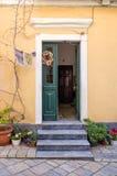 一个老大厦的入口在科孚岛海岛,希腊镇  库存照片