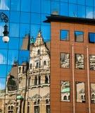 一个老大厦的反射在新的玻璃大厦的 老建筑学对在玻璃反映的现代 市利贝雷茨 免版税库存图片