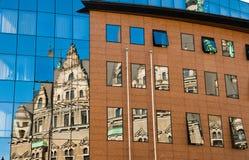 一个老大厦的反射在新的玻璃大厦的 老建筑学对在玻璃反映的现代 市利贝雷茨 免版税库存照片