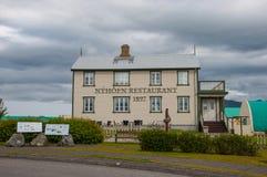 一个老大厦的地方餐馆在冰岛乡下镇 免版税库存图片
