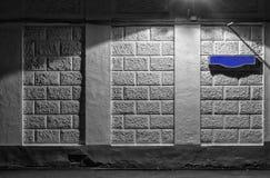 一个老大厦的墙壁与一个空白的蓝色标志的街道名字的 免版税库存图片
