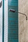 一个老大厦的墙壁与绿色瓦片的 库存图片