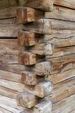 一个老大厦的木角落与楔形接合的 库存照片