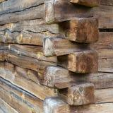 一个老大厦的木角落与楔形接合的 免版税库存照片