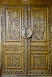 一个老大厦的木门在莫斯科,俄罗斯 库存照片
