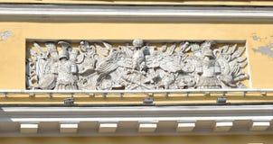 一个老大厦的片段在古典样式的在圣彼德堡 免版税库存图片