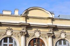 一个老大厦的片段在古典样式的在圣彼德堡 库存照片