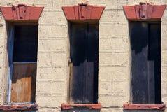 一个老大厦的腐朽的墙壁 免版税库存照片