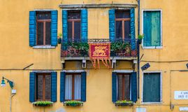 一个老大厦的门面与快门和华丽窗口的在Ve 免版税库存照片