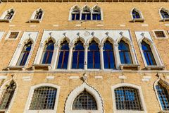 一个老大厦的门面与快门和华丽窗口的在Ve 库存照片