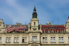 一个老大厦的门面与给捷克烹调和啤酒百威做广告的 库存图片
