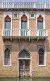 一个老大厦的门面在威尼斯 库存照片