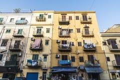 一个老大厦的门面在巴勒莫在西西里岛,意大利 库存照片