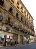 一个老大厦的门面在巴勒莫,意大利的市中心 图库摄影