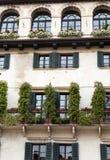 一个老大厦的门面在广场della Erbe的在维罗纳 库存图片