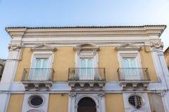 一个老大厦的门面在拉古萨,西西里岛,意大利 免版税库存图片