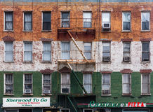 一个老大厦的门面在曼哈顿 免版税库存照片