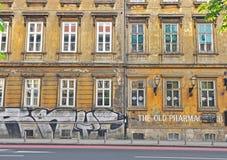 一个老大厦的门面在萨格勒布街道的  免版税库存图片