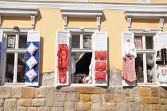 一个老大厦的Windows在有被暴露的民间工艺品的Szentendre 库存照片