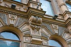 一个老大厦门面的片段与华丽装饰的 库存图片