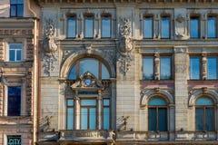 一个老大厦门面的片段与华丽装饰的 免版税库存照片