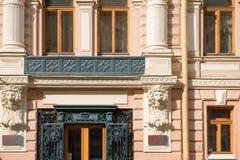 一个老大厦门面的片段与华丽装饰的 免版税库存图片