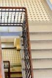 一个老大理石楼梯和栏杆的片段 库存照片