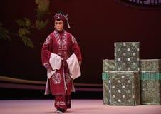 """一个老女性角色输入中国歌剧Kunqu歌剧""""the西部Chamber† 免版税库存图片"""