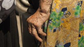 一个老妇人的手有拐杖的 股票视频