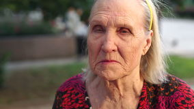 一个老妇人的特写镜头面孔有皱痕的 股票视频