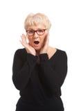 一个老妇人表示震动惊奇。 免版税库存图片