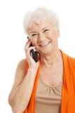 一个老妇人谈话通过电话。 免版税库存照片