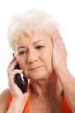 一个老妇人谈话通过电话。 库存照片