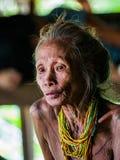一个老妇人Mentawai部落的画象 特写镜头 库存图片
