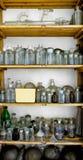 一个老实验室的照片有很多瓶的 图库摄影