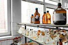 一个老实验室的照片有很多瓶的 库存图片