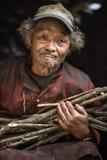 一个老尼泊尔人的画象盖帽的在他的房子里 库存照片