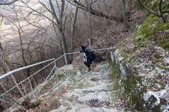 一个老开放外面石楼梯 石头、老楼梯的水泥步与风化踪影的和破坏 一古老 免版税图库摄影