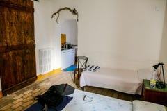 一个老意大利乡间别墅农厂房子的内部,卧室 库存照片