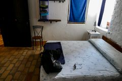 一个老意大利乡间别墅农厂房子的内部,卧室 免版税库存照片