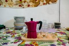 一个老意大利乡间别墅农厂房子的内部,厨房, moka咖啡 免版税库存图片