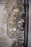 一个老房子的下来管子 免版税库存图片